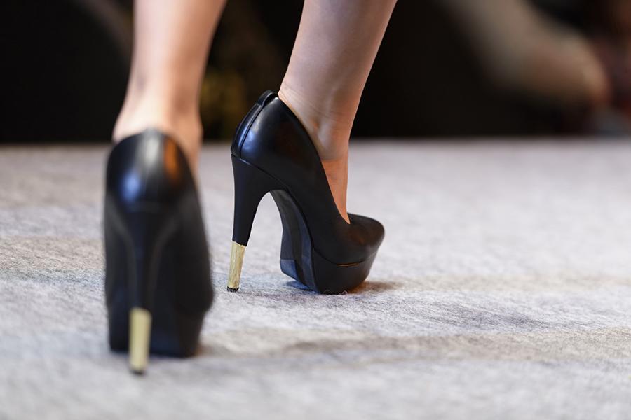 一歩踏み出す女性のイメージ写真