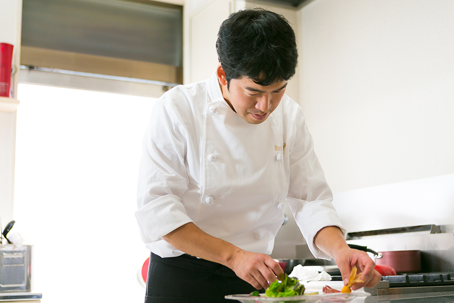 調理中の増田慎一シェフ