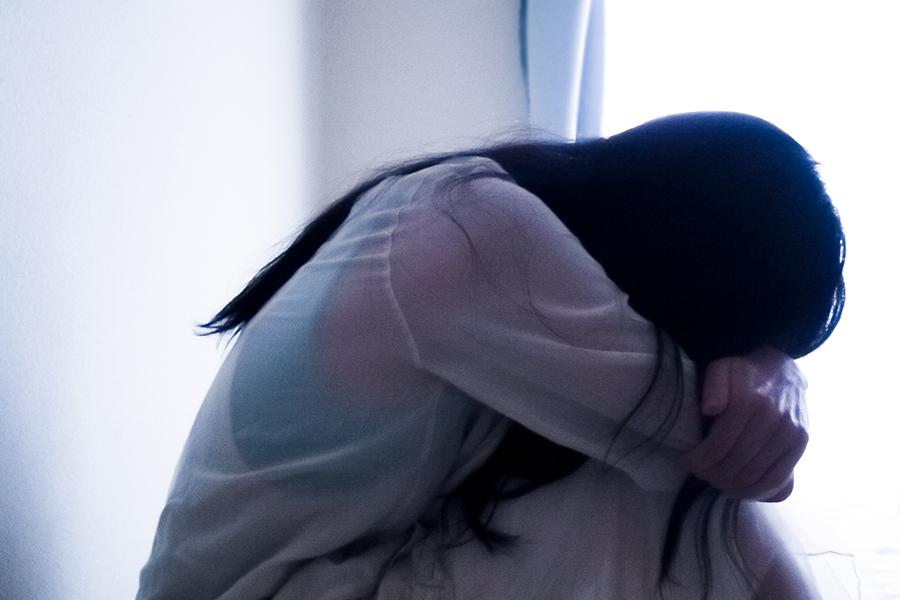 うつ病の女性のイメージ写真