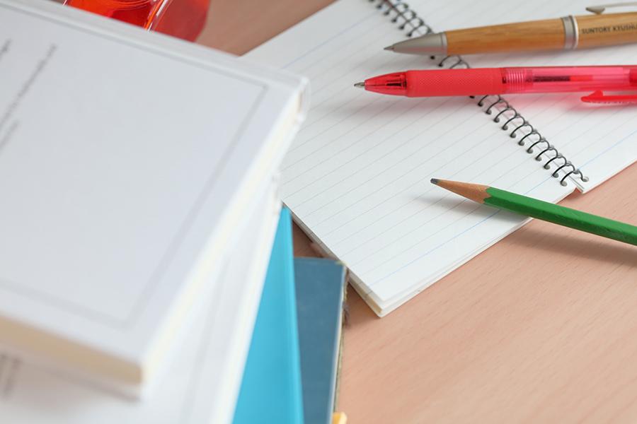 ノートとペンでメモの準備をしている写真